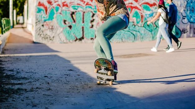 Девочка катается на скейтборде Бесплатные Фотографии