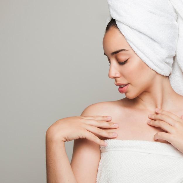 シャワーの後に魅力的なポーズを持つ女性 無料写真