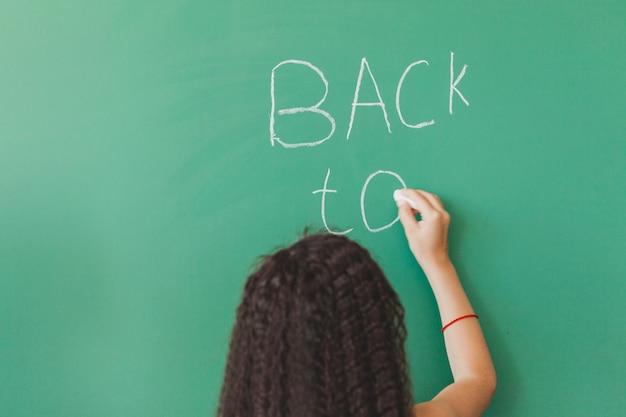 黒板の女の子は、黒板の書き込みで立って 無料写真
