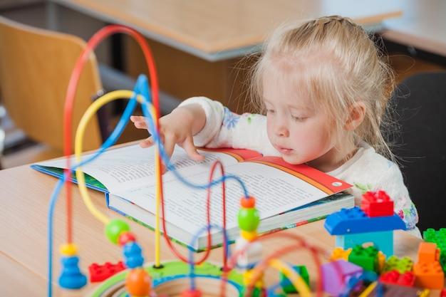 かわいい幼児の読書 無料写真