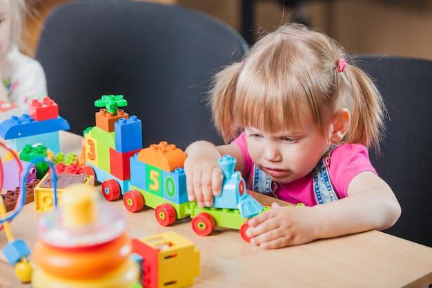 おもちゃを持つ悲しい少女 無料写真