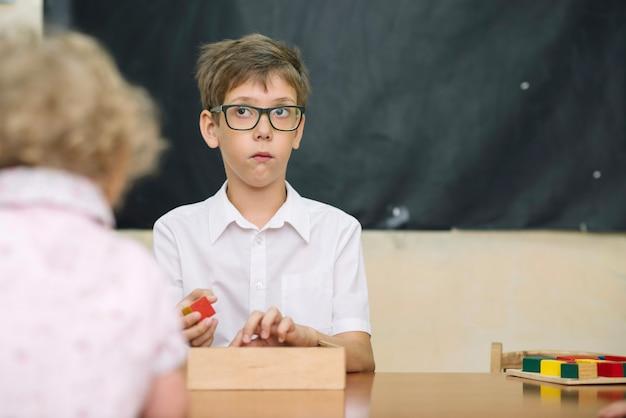 ゲームをしたテーブルにいる少年少年 無料写真