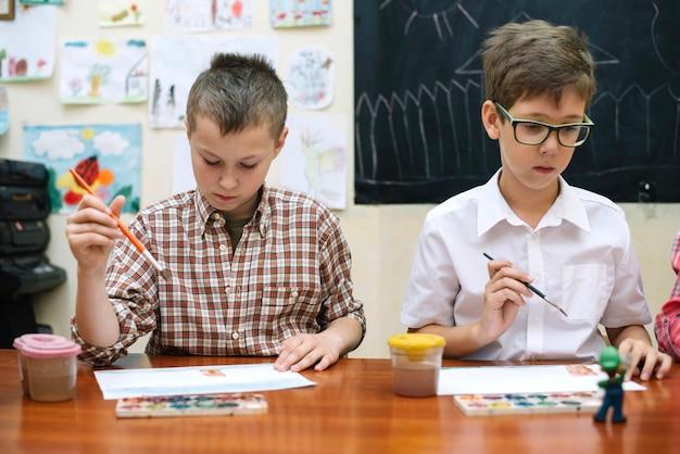 Школьники рисуют в классе Бесплатные Фотографии