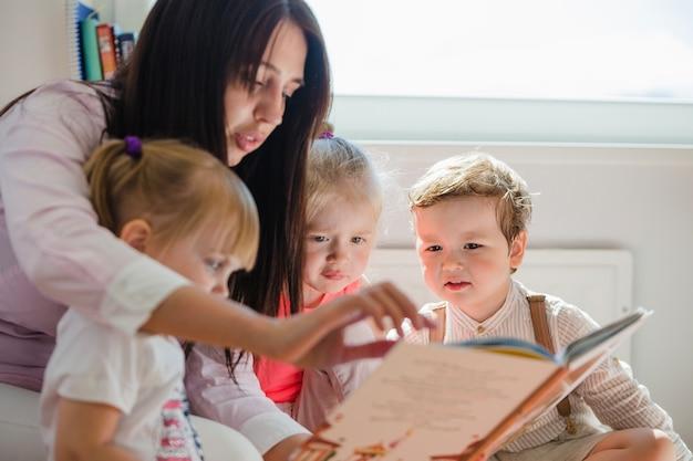 子供に読書をする女性 無料写真