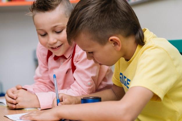 Два школьника, сидящие на столе Бесплатные Фотографии