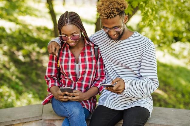 公園に電話がある黒人学生 無料写真