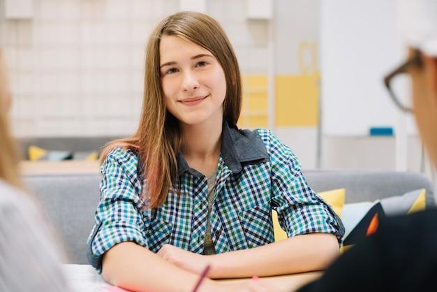 学生と授業中のコンテンツの女の子 無料写真