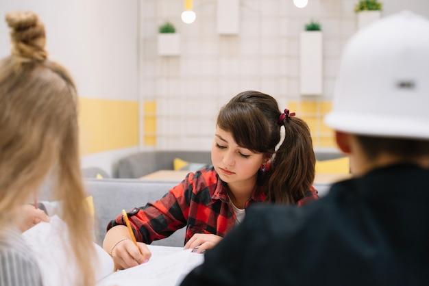 クラスで勉強している夢中の女子大生 無料写真