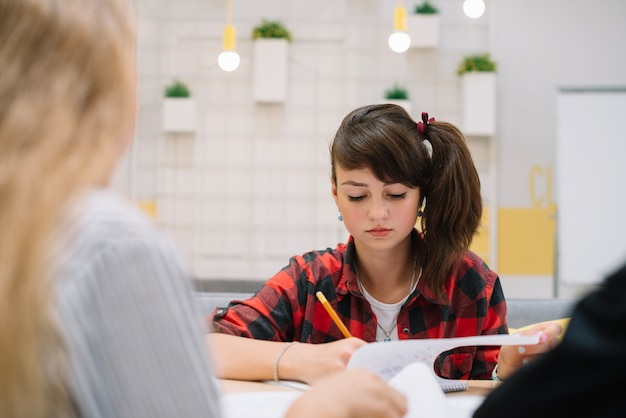 ノートで書いている若い女の子 無料写真