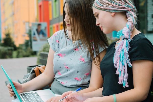 ベンチでラップトップと女の子 無料写真