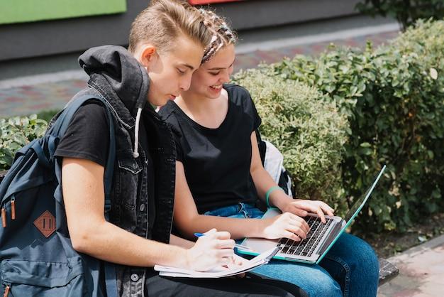 公園で勉強している若者たち 無料写真