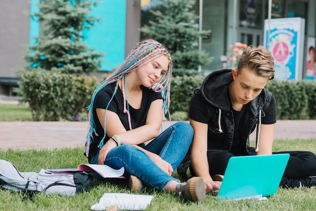 公園で学ぶ若者たち 無料写真