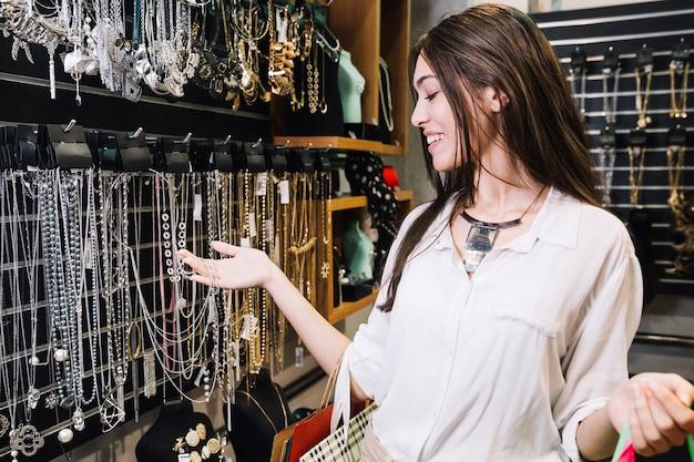 宝石類の店で興奮した女性 無料写真