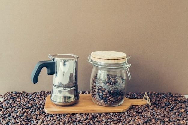 Концепция кофе с мока-горшочком и банкой на борту Бесплатные Фотографии