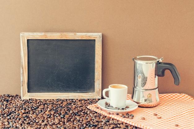 Концепция кофе со сланцем, горшком мока и чашкой Бесплатные Фотографии