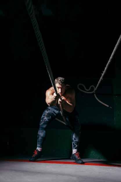 ロープを引っ張る男 無料写真