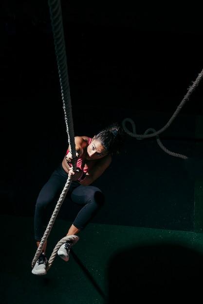 ロープを引っ張っている女性 無料写真