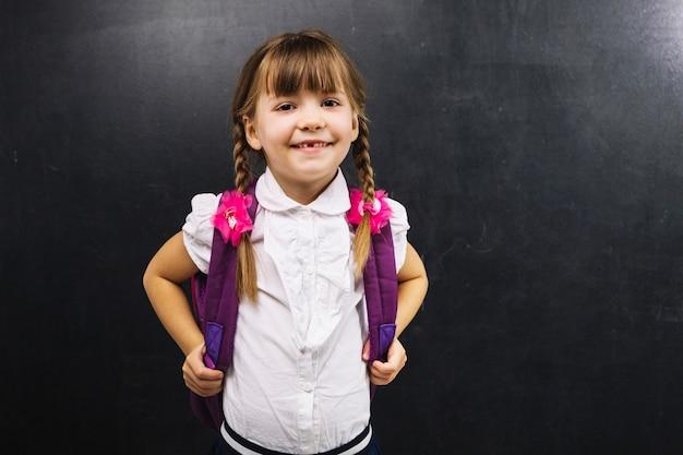Улыбаясь школьница на доске Бесплатные Фотографии