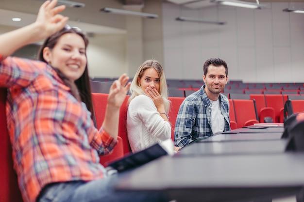 講演会場で笑っている仲間たち 無料写真