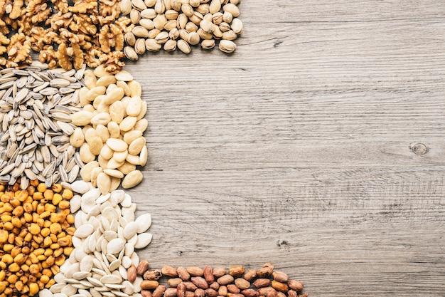 Различные виды орехов на деревянной поверхности Бесплатные Фотографии