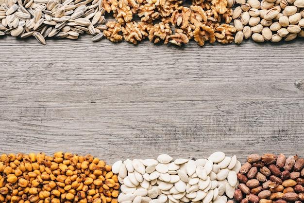Различные типы орехов и пространства в середине Бесплатные Фотографии
