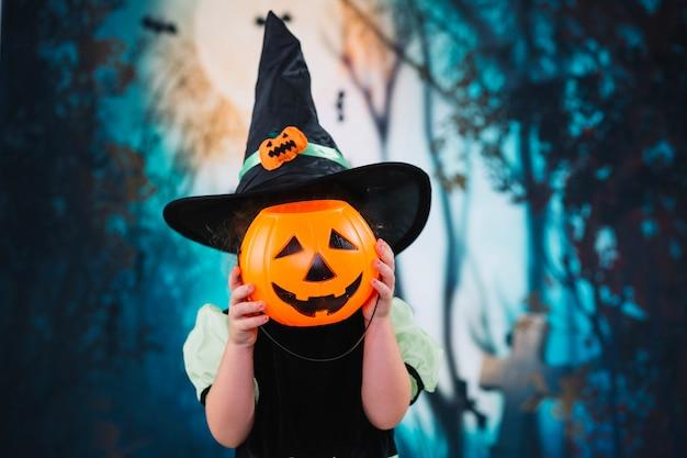 Маленькая ведьма, пряча лицо Бесплатные Фотографии