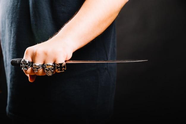 鋭い短剣を持つ男性の手 無料写真