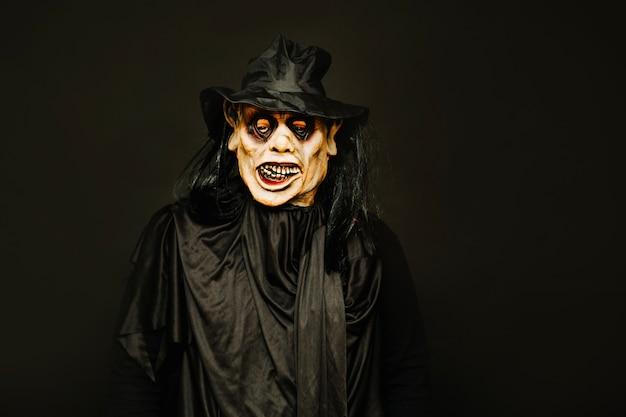 Человек, носящий призрачный костюм хэллоуина Бесплатные Фотографии