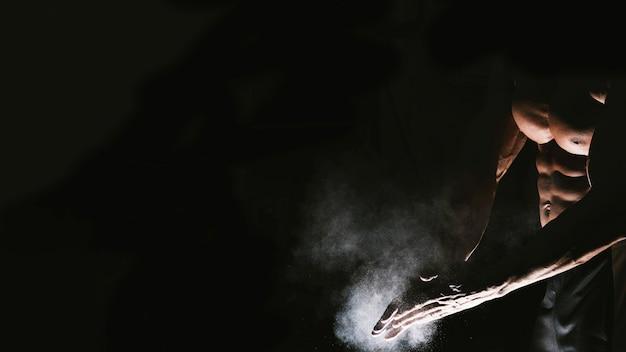 タルカムパウダーを使った男の手 無料写真