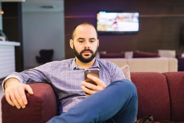 Картинки по запросу мужчина с телефоном дома