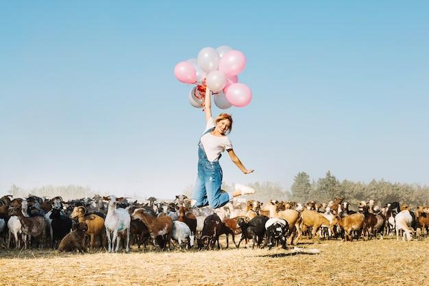 風船で飛ぶ女性 無料写真