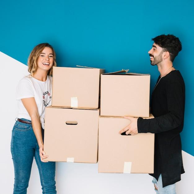 Молодая пара переезжает в новую квартиру Бесплатные Фотографии