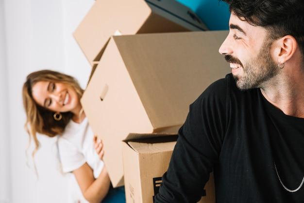 Романтическая пара переезжает в новую квартиру Бесплатные Фотографии