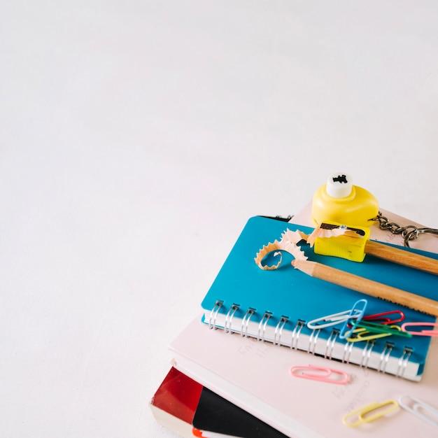 ノートの尖った鉛筆とシャープナー 無料写真