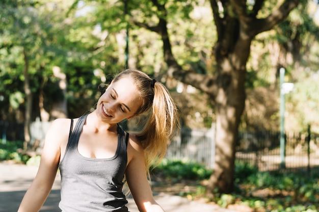 Улыбка женщины качая головой Бесплатные Фотографии