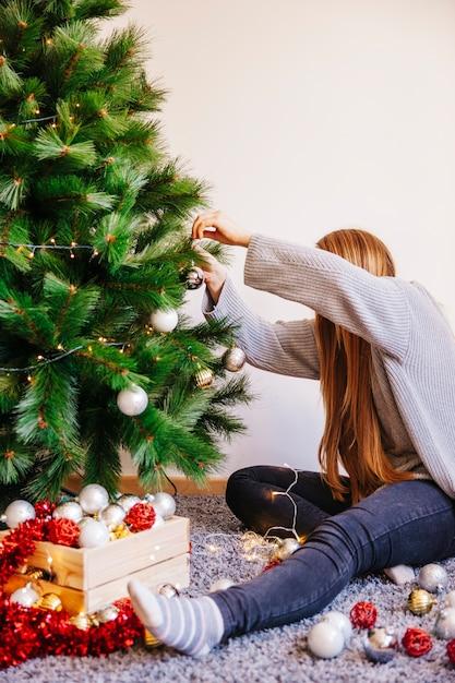 Картинки девочка возле елки