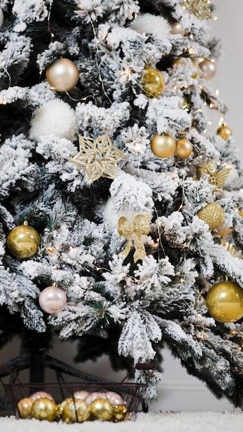Фото елок украшенных снегом