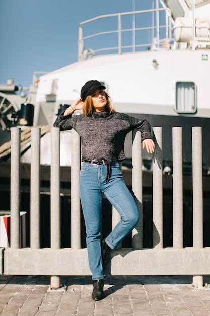 Женщина за забором перед кораблем Бесплатные Фотографии