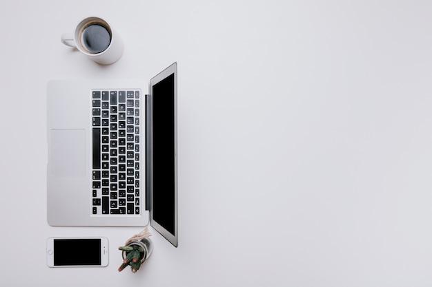 左のラップトップを備えたオフィスデスク 無料写真