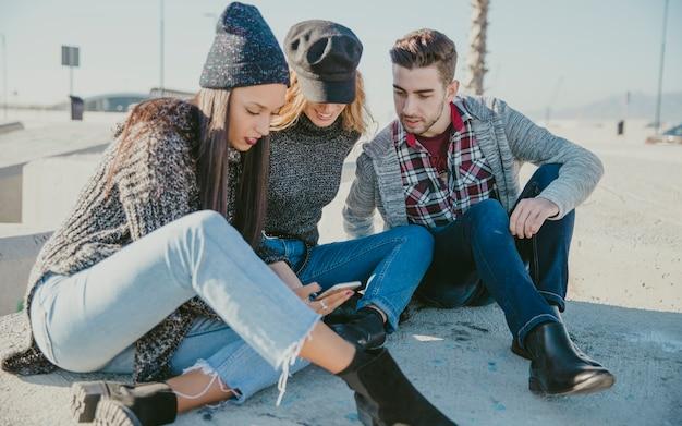 Друзья, сидящие на бетонных блоках Бесплатные Фотографии