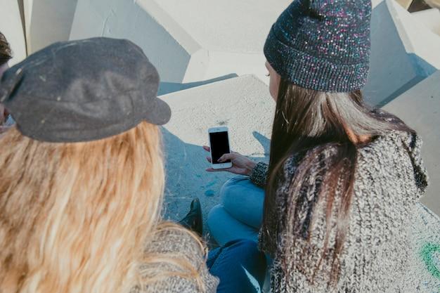 Девушки со смартфоном Бесплатные Фотографии