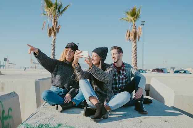 Друзья, берущие себя в солнечный день Бесплатные Фотографии