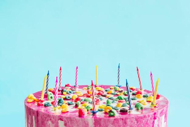 青い背景の誕生日ケーキ 無料写真