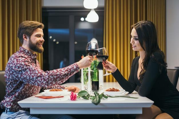Элегантная пара, звенящая в очках с ужином Бесплатные Фотографии