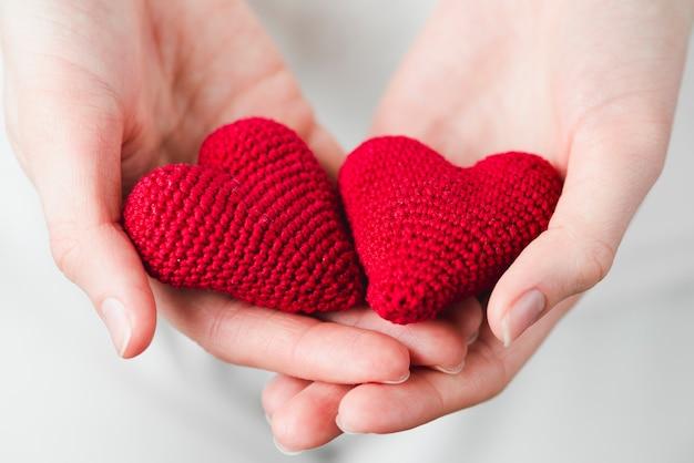 Крупным планом руки с сердечками Бесплатные Фотографии