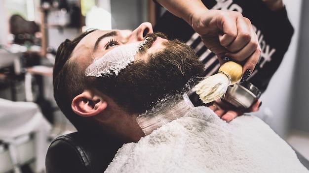 Человек по процедуре бритья Бесплатные Фотографии