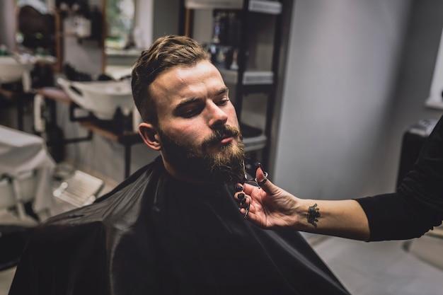 Неопознаваемая борона для резки парикмахера Бесплатные Фотографии