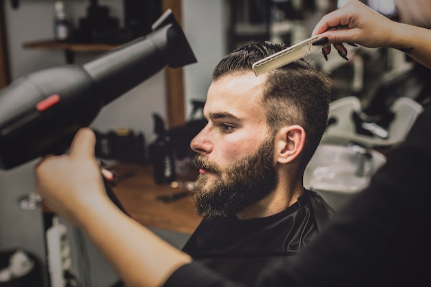 Женщина-растение, сушат волосы человека в парикмахерской Бесплатные Фотографии