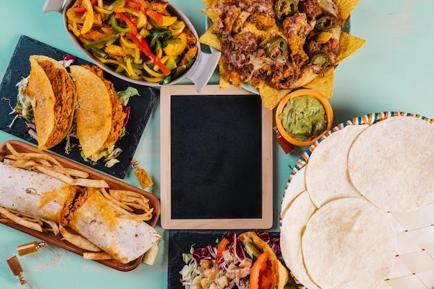 黒板のまわりの風味の良いメキシコ料理 無料写真