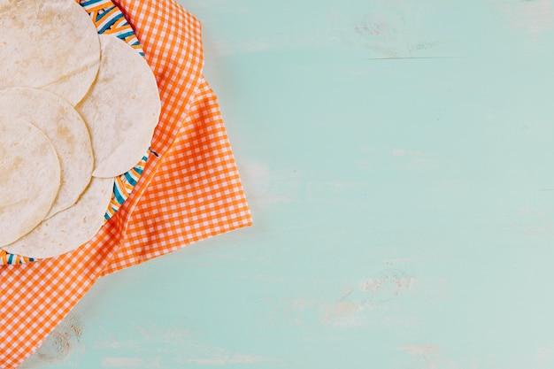 テーブルクロス上のプレート上のトルティーヤ 無料写真